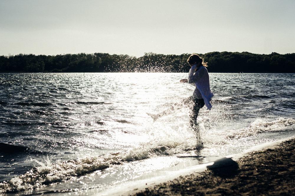 senior girl kicking water | chicago senior photographer
