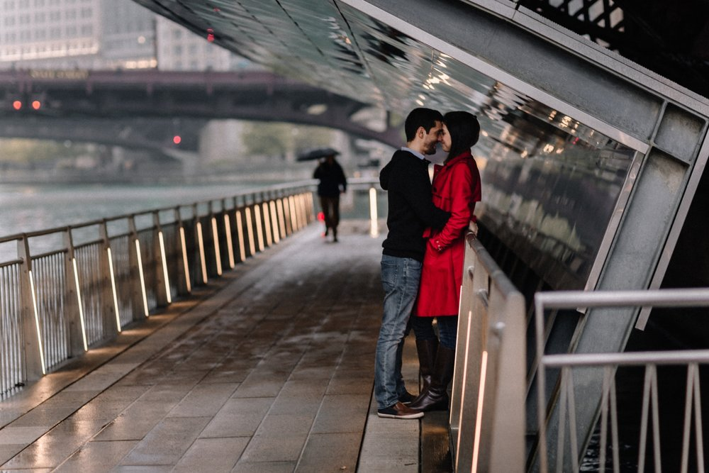 kissing under the bridge | Chicago vacation photography | lisa kathan photography