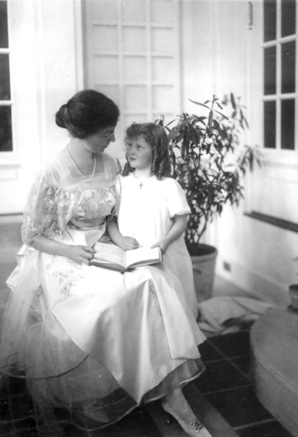 Alice Bemis Taylor and her daughter, c. 1915