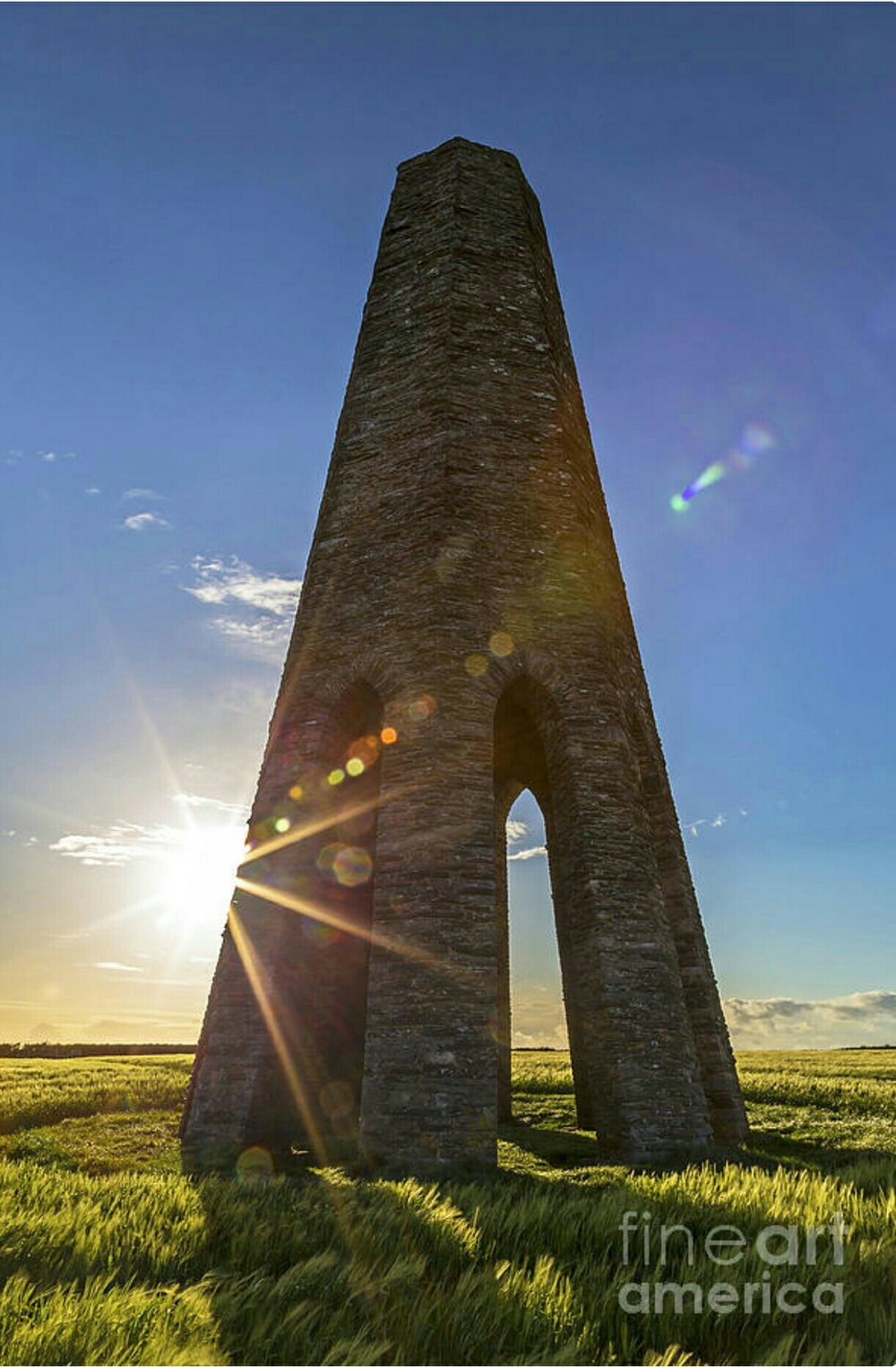 The daymark behind a strong sun