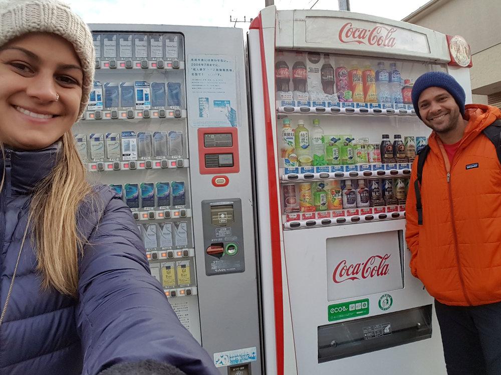 No Japão existem tantas vending machines (máquina de coca-cola) por metro quadrado quanto existem pubs em Londres. Algumas são em frente a mercearias locais (off-licenses), mas a vantagem delas é que você pode comprar a hora que for que ela estará lá. Algumas vending machines aqui em Tóquio servem até sopas e cafezinhos quentinhos. Kampai (saúde)!!! 😊