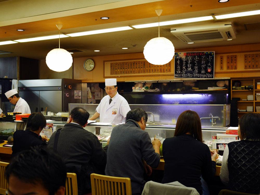 O restaurante Sushizanmai é facil de achar, uma vez que você chegar no mercado de Tsukiji. Todo mundo conhece. E talvez você reconheça rápido pela fila que vira a esquina...