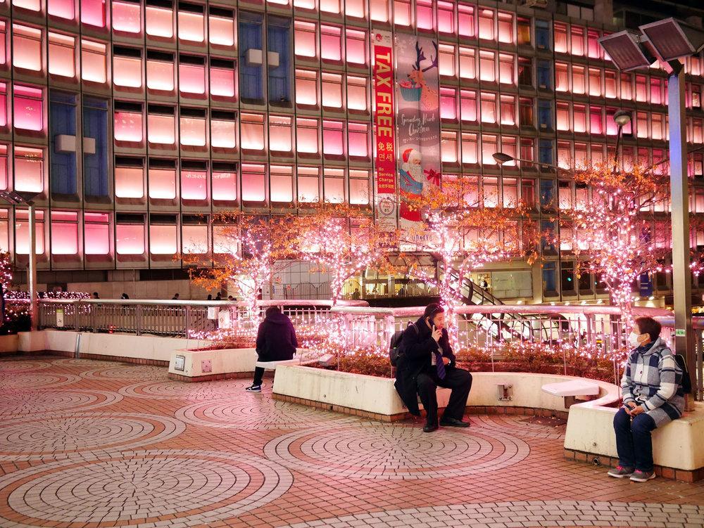 Tudo rosinha para a decoração de Natal de Shinjuku