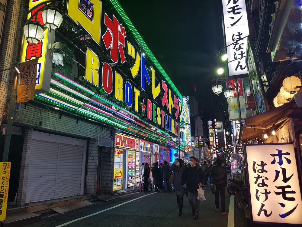 U$ 80 para entrar nessa balada. São robots dançarinos aparentemente... Na internet pareciam humanos vestidos de robot. Com 8000 yens da pra rodar bem em Tokyo...