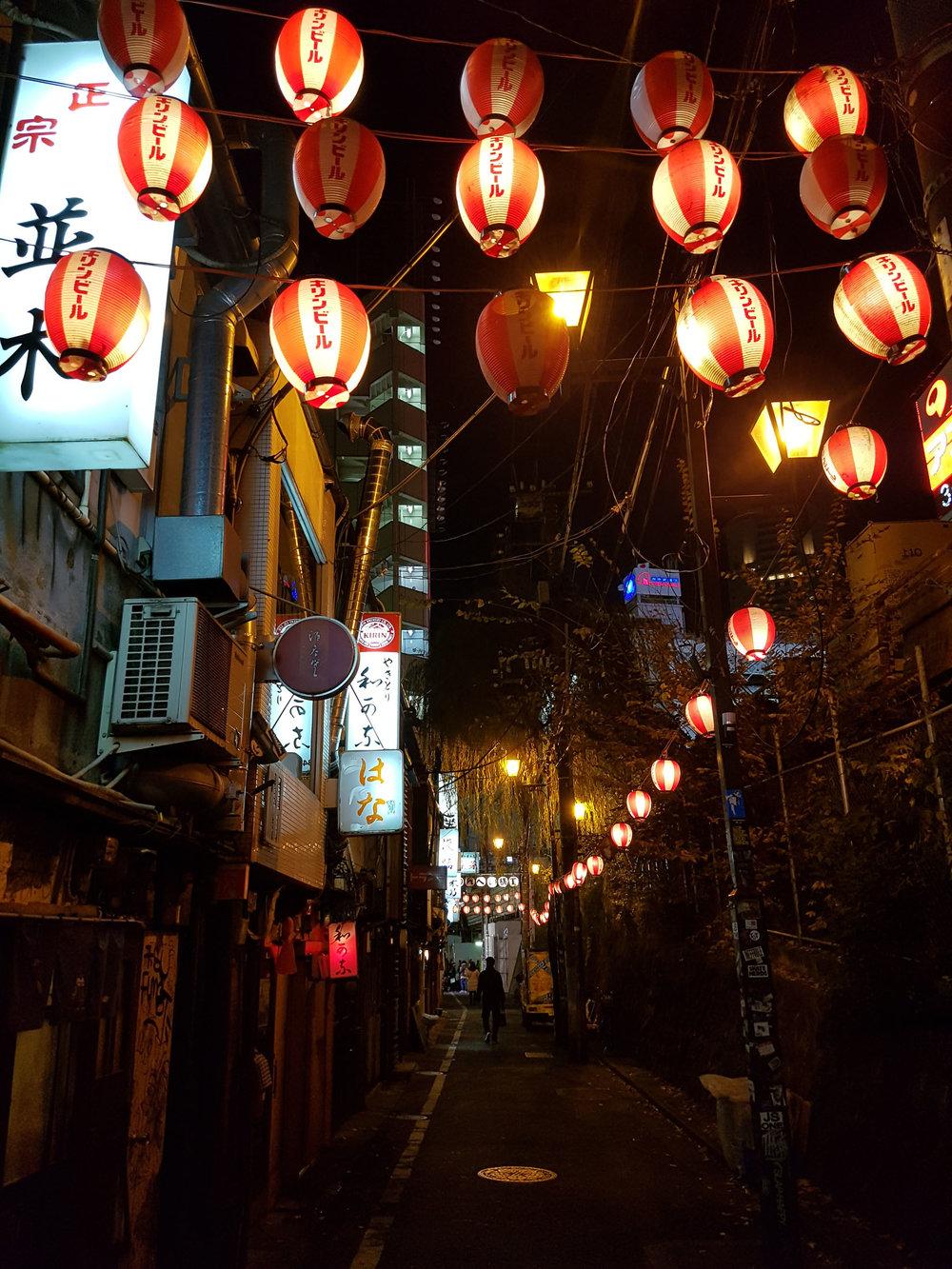 Deu até para imaginar a máfia japonesa andando por esses bares no passado e se perdendo entre um shochu e outro, shochu éuma mistura de destilado japonês, soda e limão.