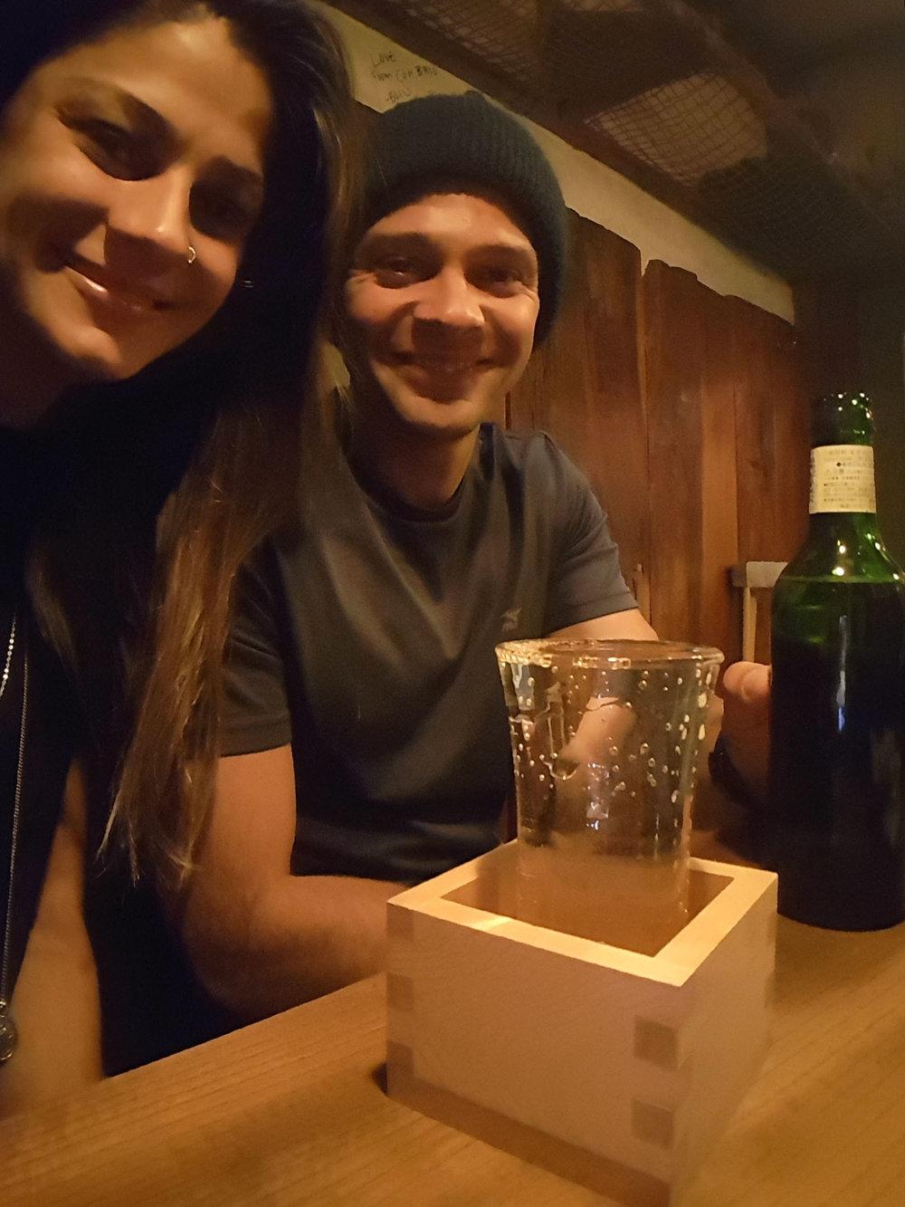 E é assim que o sake é servido aqui. Ele derrama um chorinho nesse caixotinho, e aí você bota o chorinho no copo e bebe... Eu tive que perguntar o que fazer porque confesso que fiquei meio perdida na hora de desenrolar a situação ;)