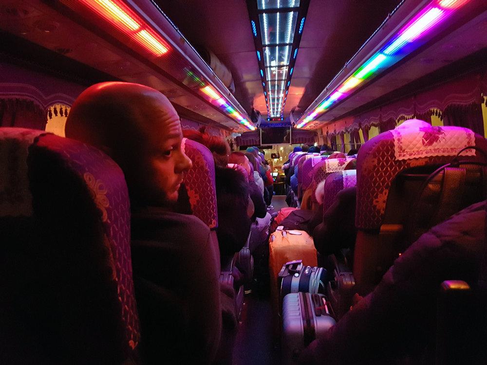 1:30 da manhã, exaustos em nosso ônibus psicodélico seguindo para o hotel