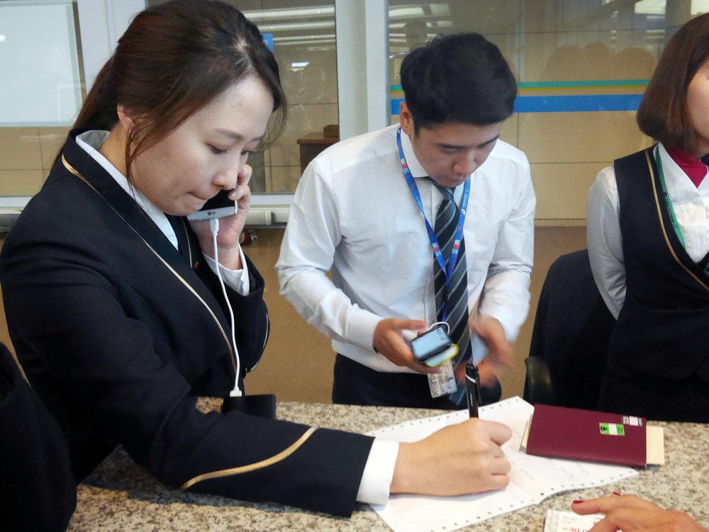 Atendentes da Chinese Southern tentando dar jeito na bagunça