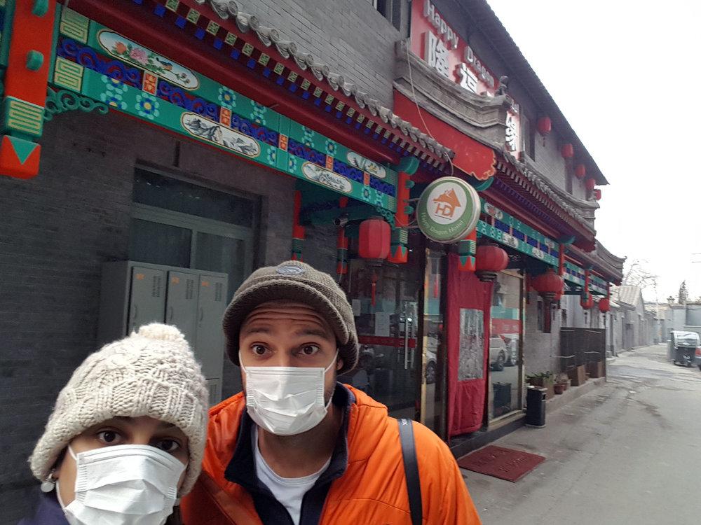 """Primeiro dia em Beijing, na frente do hostel. Logo de cara deu pra perceber que nossas máscaras não seriam suficientes pra resolver o """"problema"""" e tivemos que ir direto ao supermercado comprar uma mais """"potente""""."""
