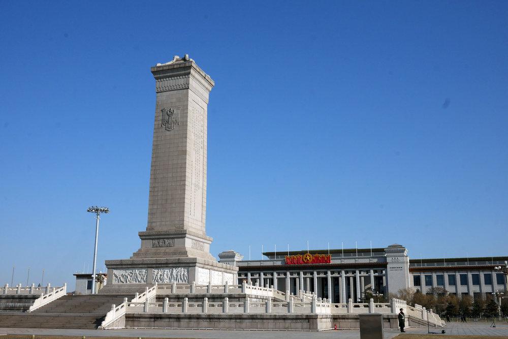 Monumento aos Heróis do Povo, ao fundo, o Museu Nacional da China