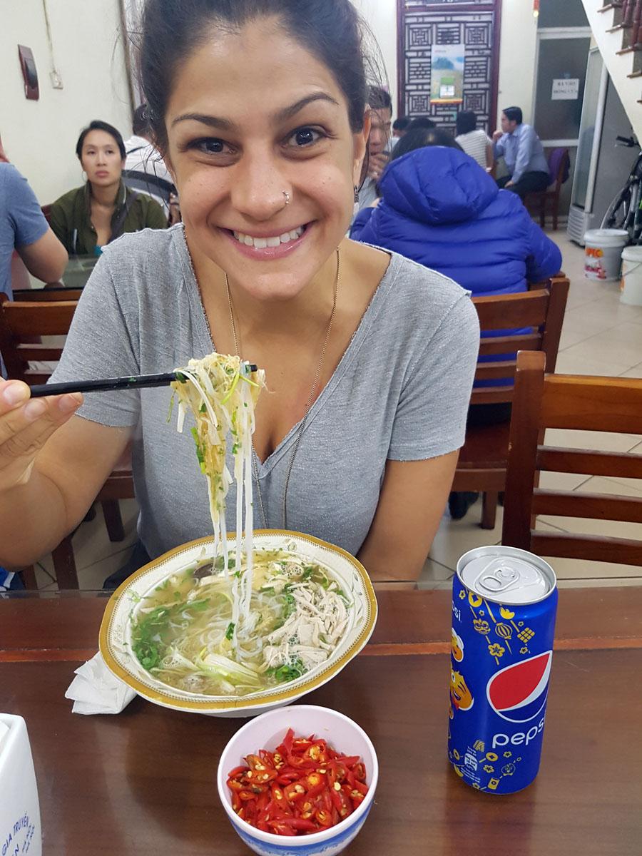 """E dá-lhe Pho Ga, a famosa sopa de frango! É o """"dogão"""" do Vietnam. Tem em toda esquina... O favorito da Vi"""