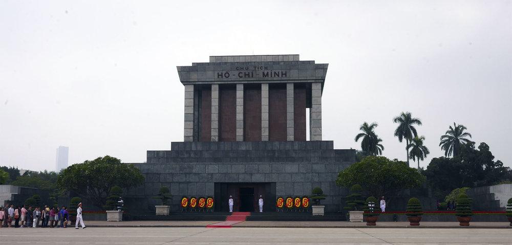 Mausoléu do Ho Chi Min. O corpo é mantido dentro da cripta, que é guardada por diversos soldados