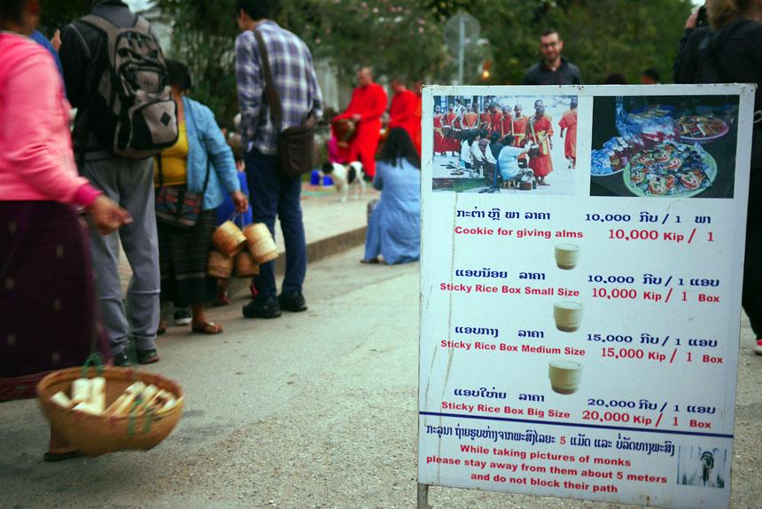 Uma placa orienta os turistas sobre o preço dos items vendidos pelos ambulantes e o que se deve evitar durante a Cerimônia das Almas