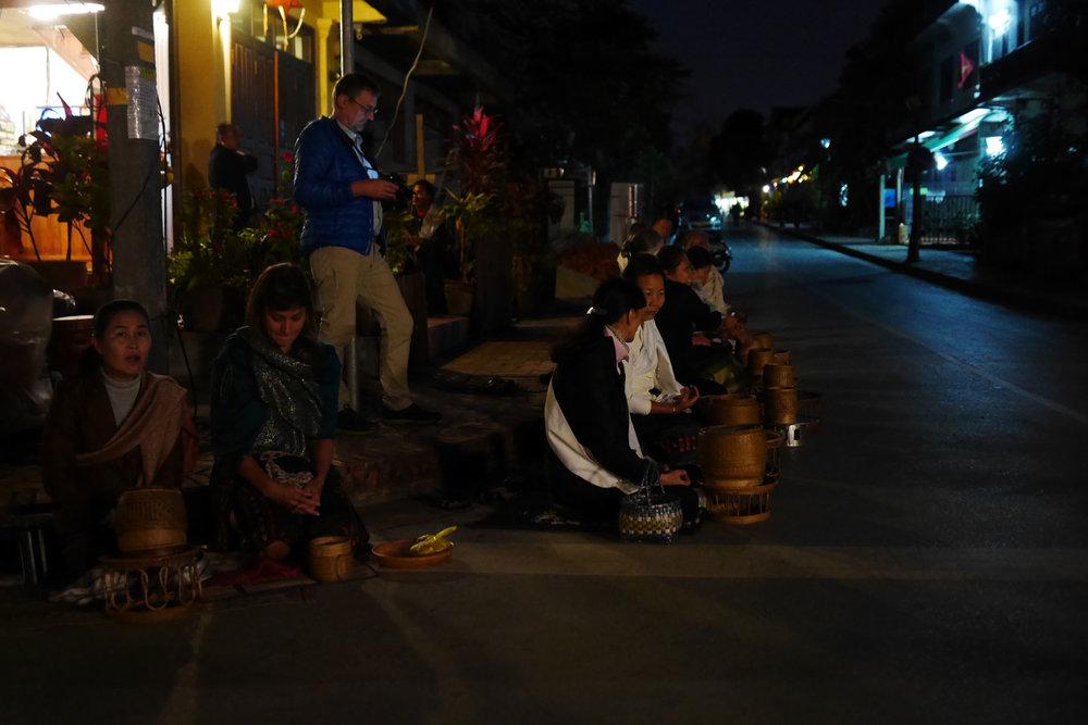 Antes do sol nascer muitos já tomam lugar para esperar pelos monges