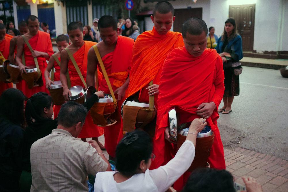Noviços fazem fila para receber as diversas doações