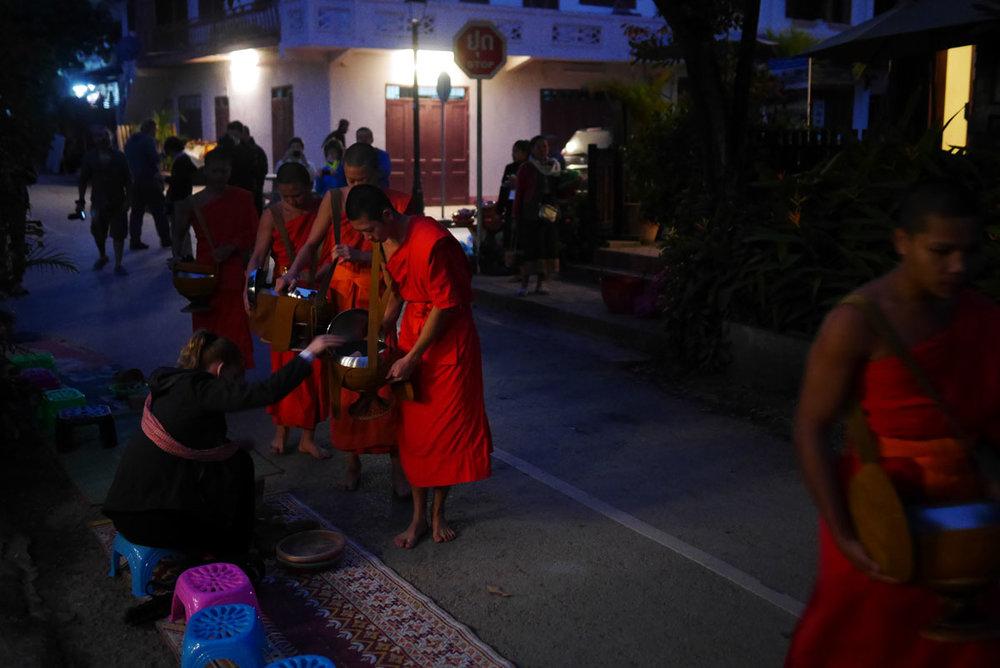 Antes mesmo do nascer do os monges já saem para recolher doações