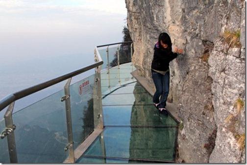 Horrible-Tianmenshan-glass-cliff-in-Zhangjiajie-Hunan-4_thumb.jpg