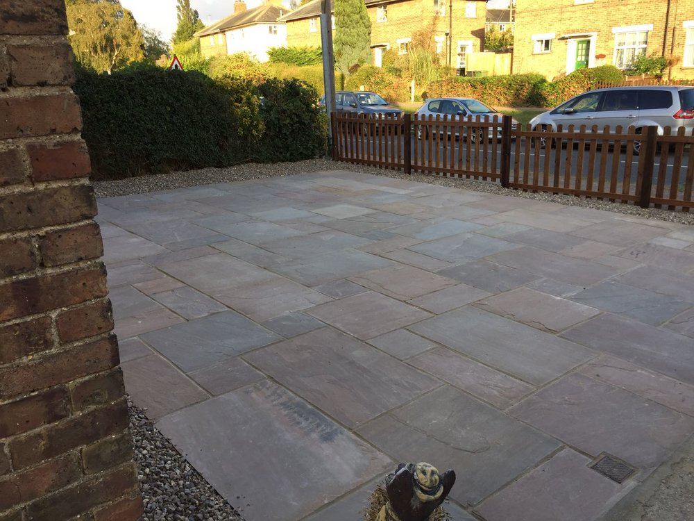The finished area with 'Autumn Blend' sandstone, 3ft trellis and 20mm shingle