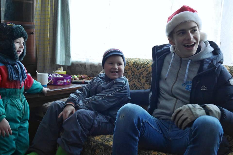 7. Erik med barn.jpg