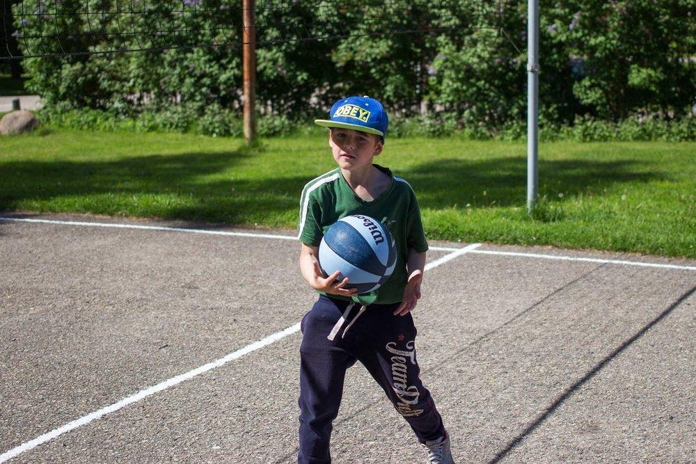 Pojke från Gaujiena spelar basket.  Foto: Oskar Gyllenhammar