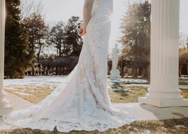 | Winter Wedding | Bride and Groom | Wedding Photography | Wedding Poses | Utah Photographer | Utah Wedding | Dellany Elizabeth | Groomals | Pose Ideas |