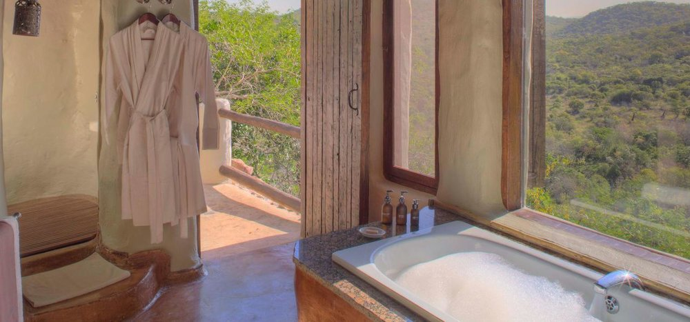 Vue vers l'extérieure de la salle de bain Réserve Privée de Phinda