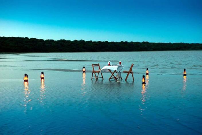 Dîner aux chandelles pieds dans l'eau Makakatana Bay Lodge