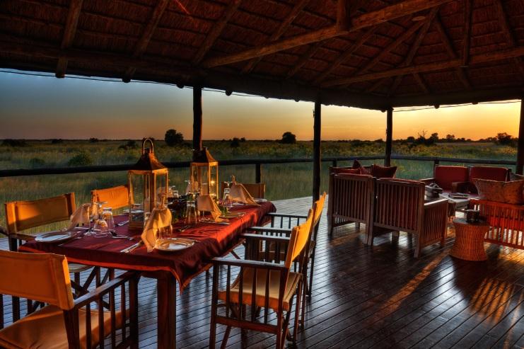 Terrasse avec tables dressées Shinde
