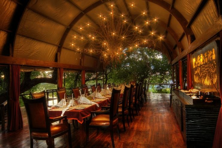 Terrasse de nuit avec tables dressées Shinde