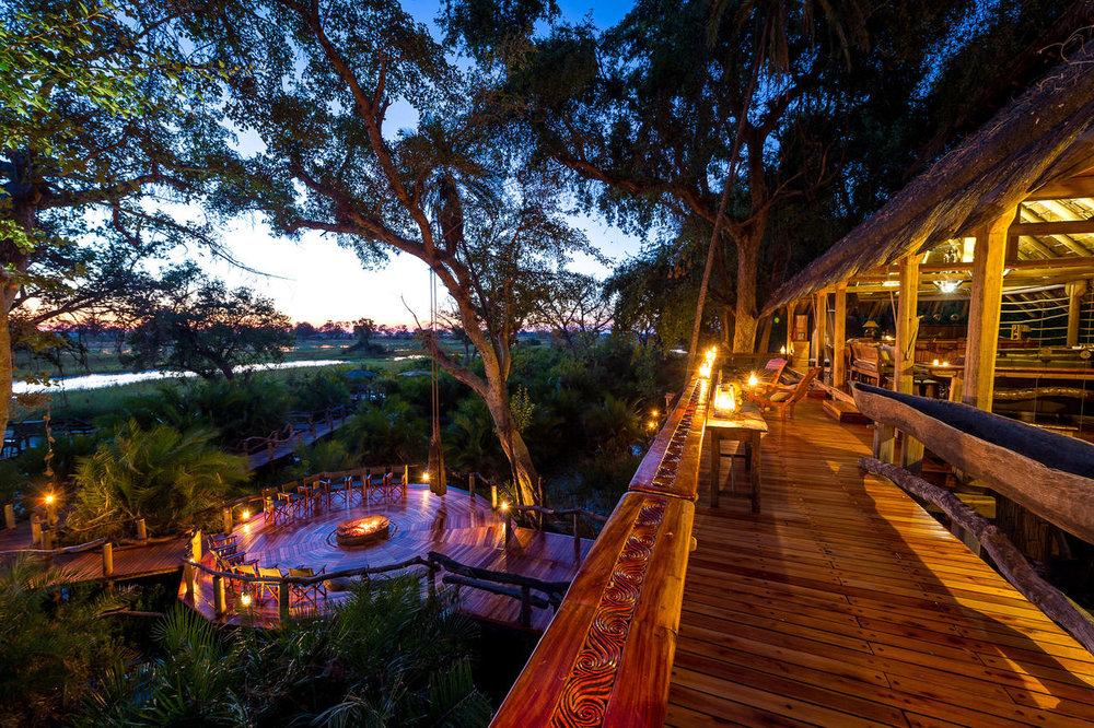 Terrasse de nuit avec feu de camp Jao Camp