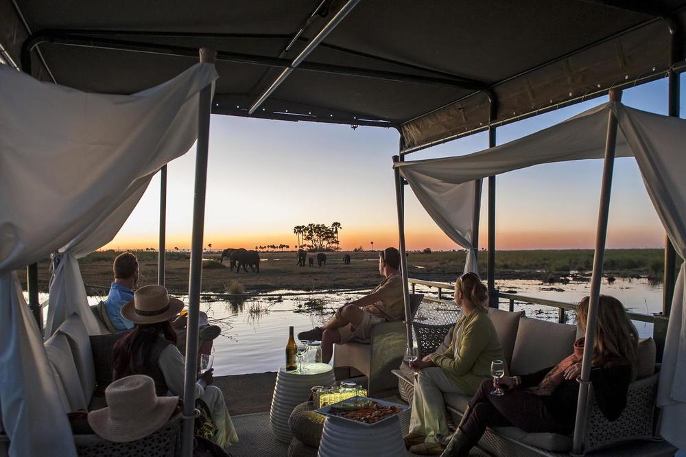 Sundowner au bord de l'eau Duma Tau Camp
