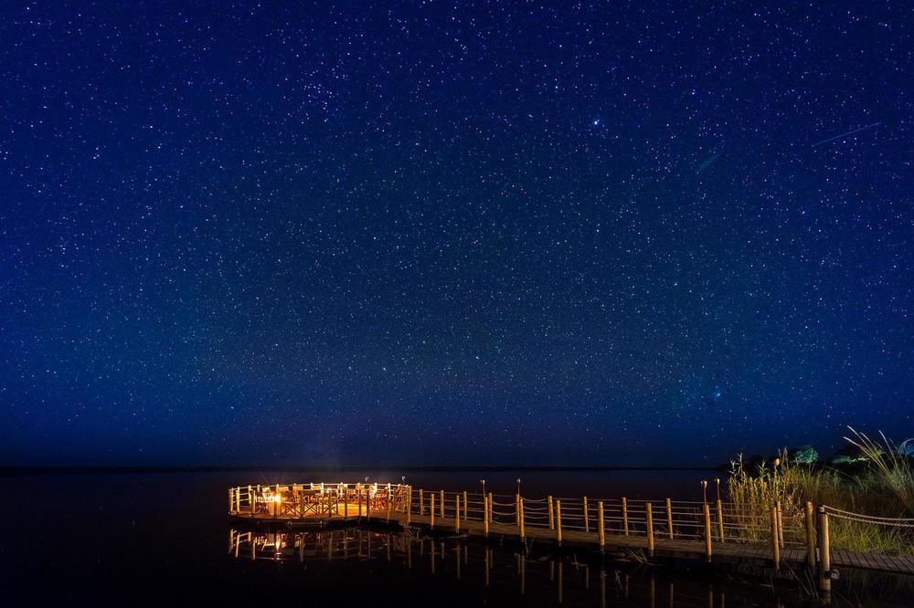 Vue extérieure de nuit Duma Tau Camp