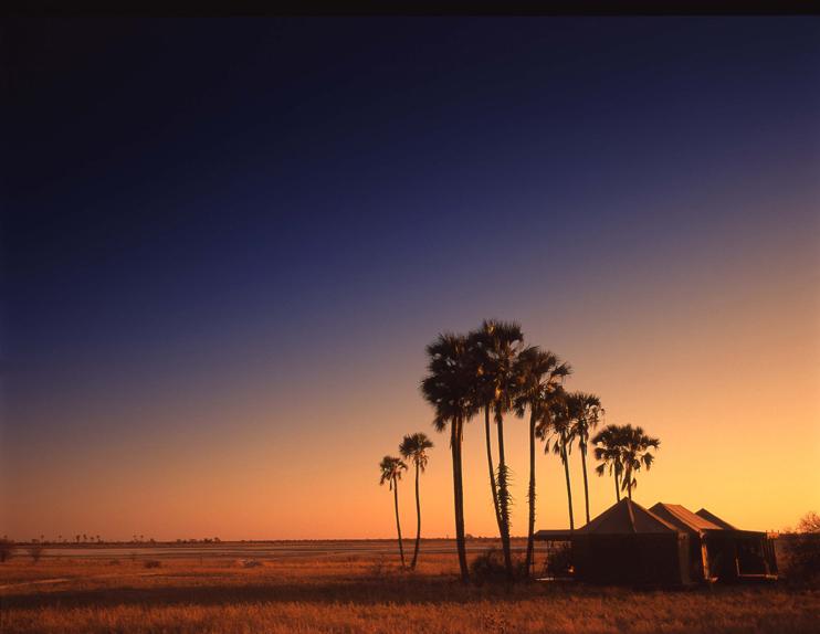 Vue extérieure Jack's Camp au coucher de soleil
