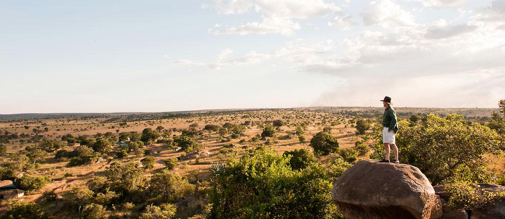 Homme sur rocher Entamanu Ngorongoro Lodge