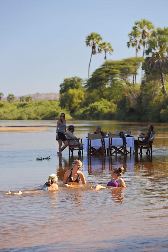 Déjeuner pieds dans l'eau Kichaka Ruaha