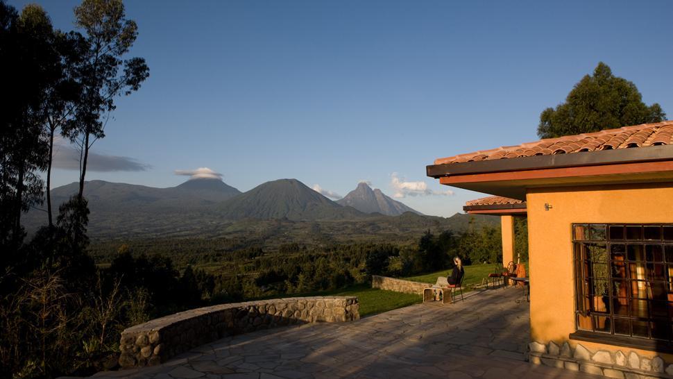 Vue panoramique de la Terrasse Sabyinyo Silverback Lodge
