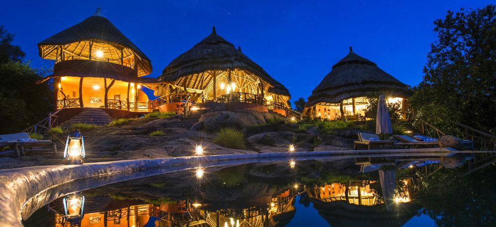 Vue extérieure de nuit Mihingo Lodge