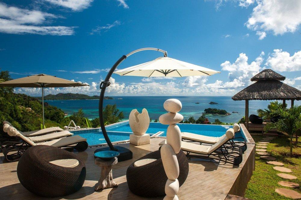 Vue terrasse et piscine Le Duc de Praslin