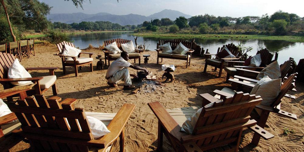 Préparation du feu de camp Chongwe River camp