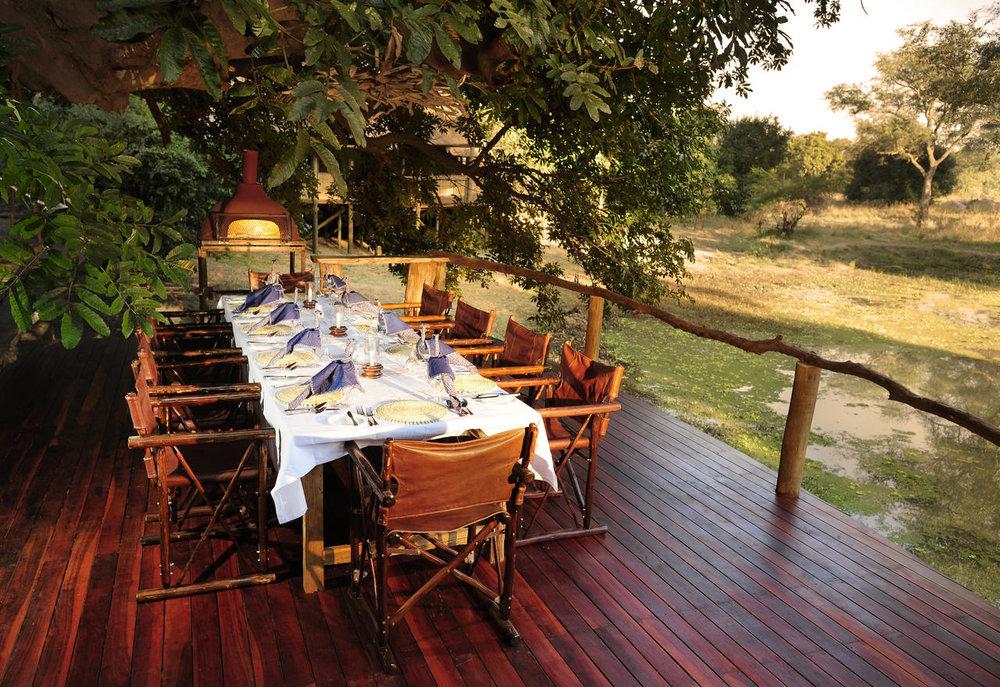 Déjeuner au bord de l'eau Bilimungwe Bushcamp