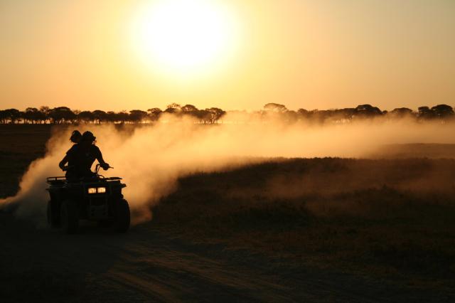 Safari en quad au Botswana - quad au coucher de soleil