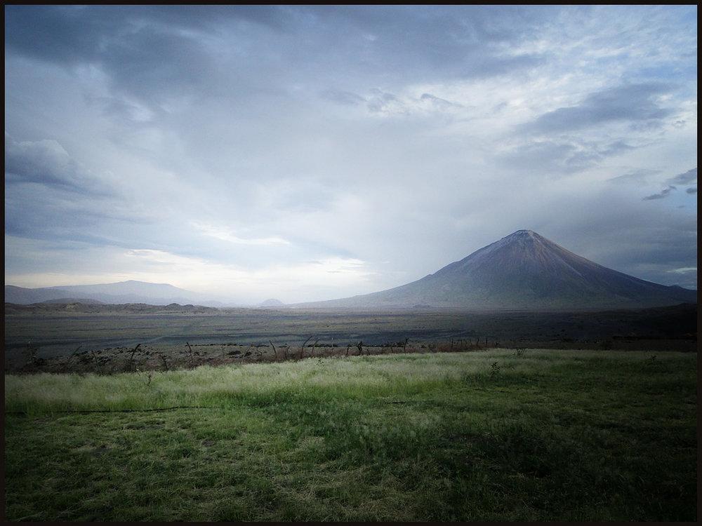 Trek sur l'Oldoinyo Lengai - vue du Lengai au loin