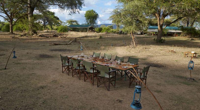 Safari Hors des Sentiers Battus Tanzanie - repas à Mdonya Old River camp