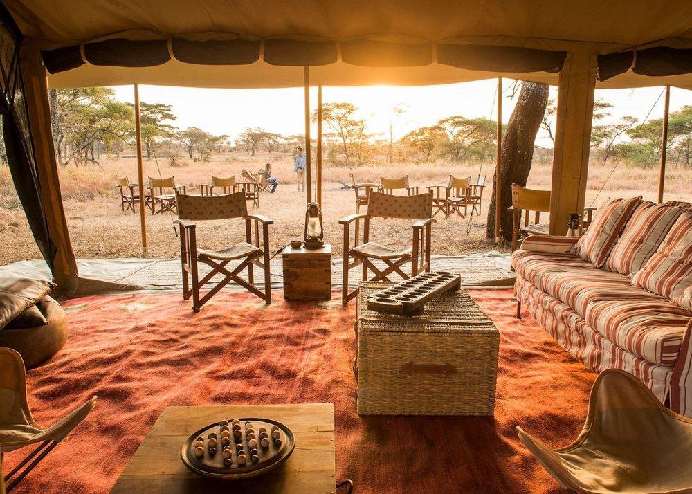 Intérieure tente principale au Serengeti Safari camp