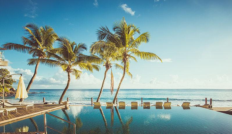 Piscine et mer au CaranaBeach hotel