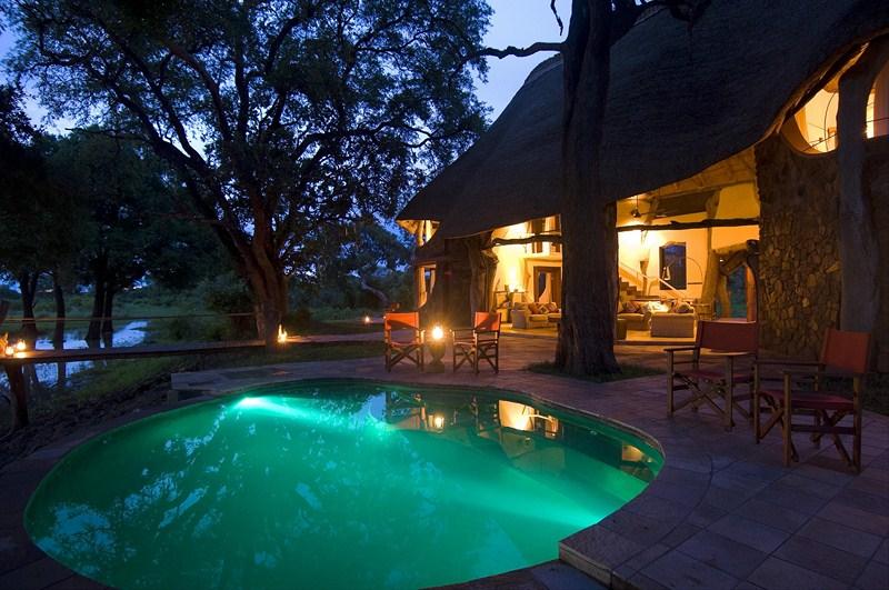Piscine de la Luangwa Safari House de nuit