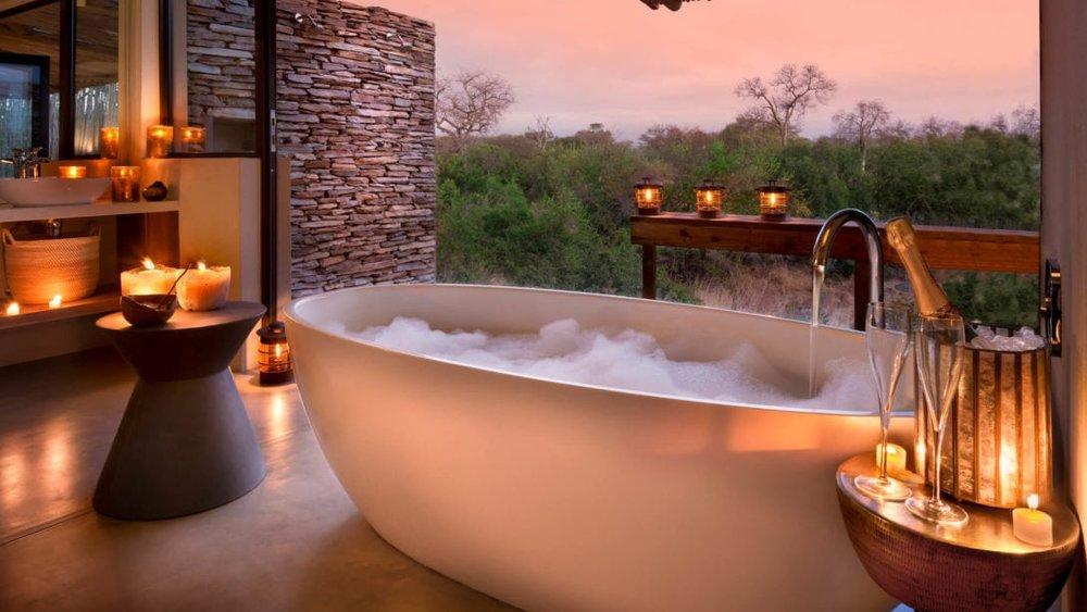 RockFig-Safari-Lodge_Romantic-candlelit-bath-copy-1090x614.jpg