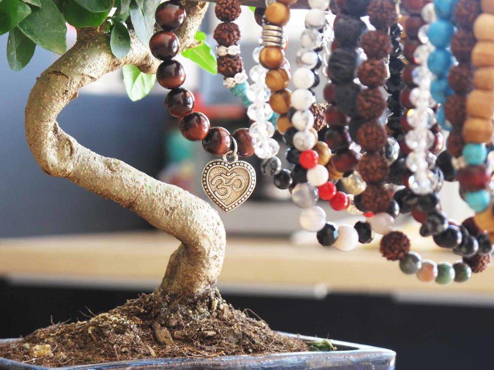 Comment choisir son bijou - Lire notre article sur le pouvoir des pierres...