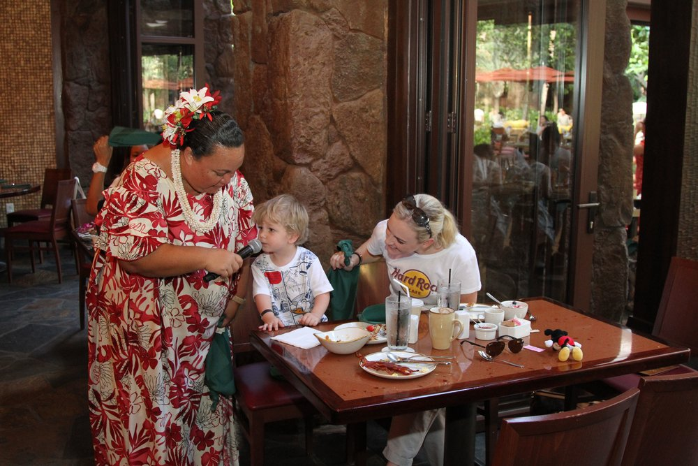 entertainment at Disney Aulani character breakfast