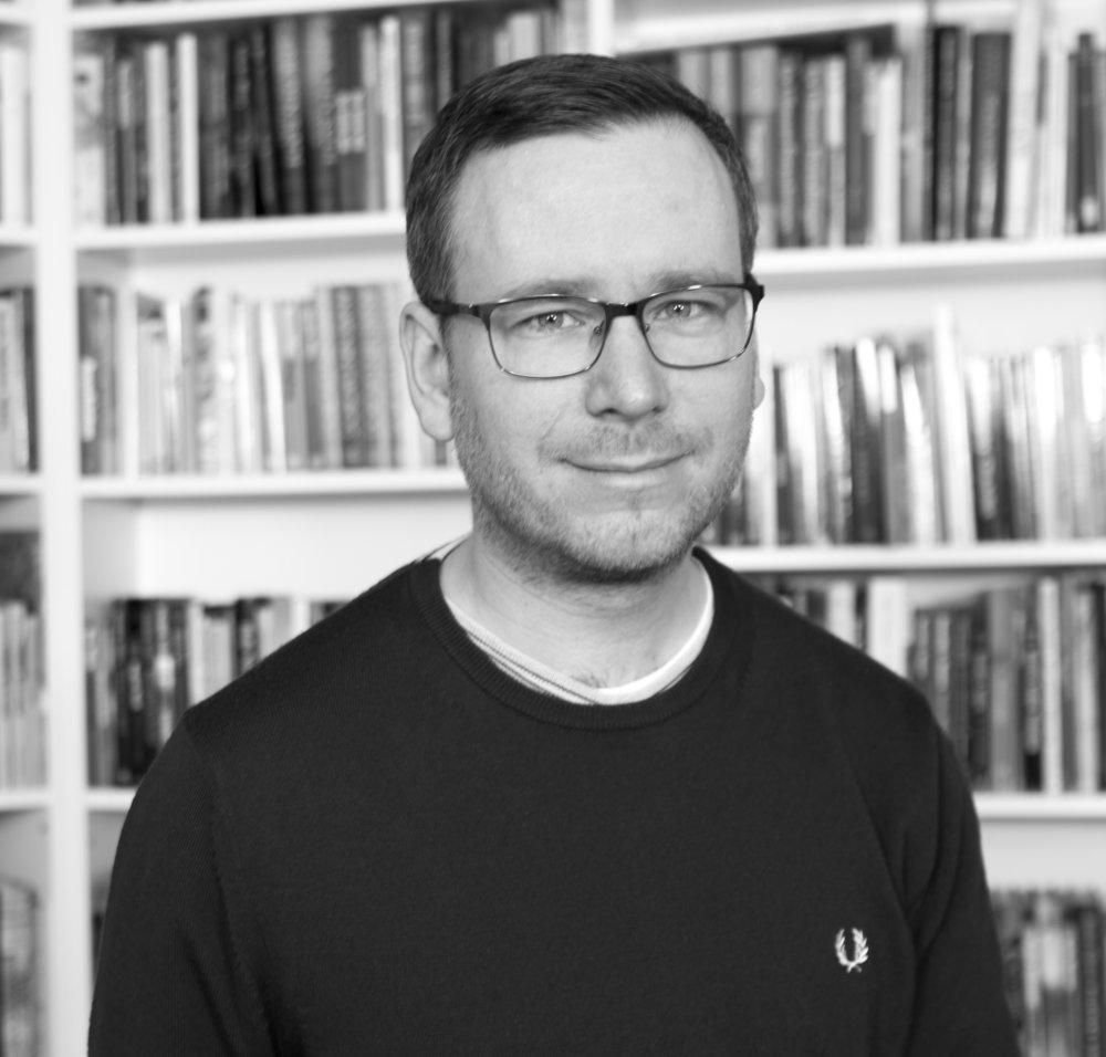 Jonathan Folkver Produktionsassistent jfo@lrforlag,dk